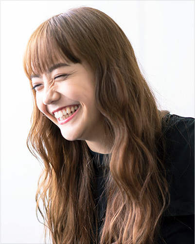 Galaxy LIFESTYLE「Special Interview松井愛莉」篇:質問に対して笑顔で答える松井愛莉さん